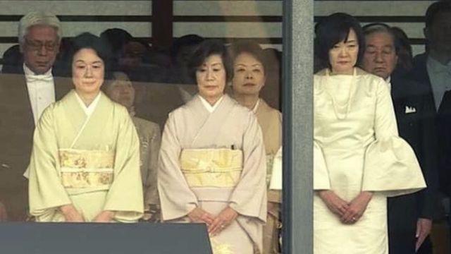 昭恵夫人のファッションが奇抜!袖が広がったドレスのブランドは